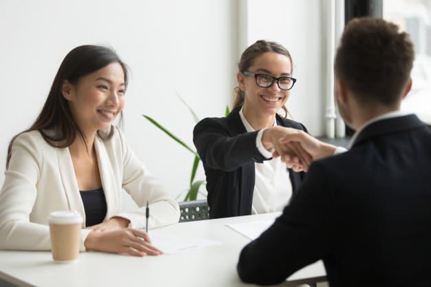 Como contratar uma empresa de consulta de CNPJ. Pessoas felizes em reunião